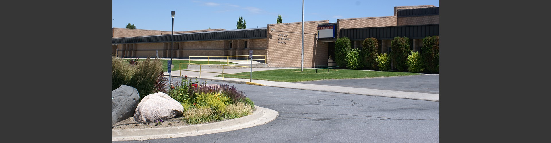 Picture of the front of Gate City Elementary building